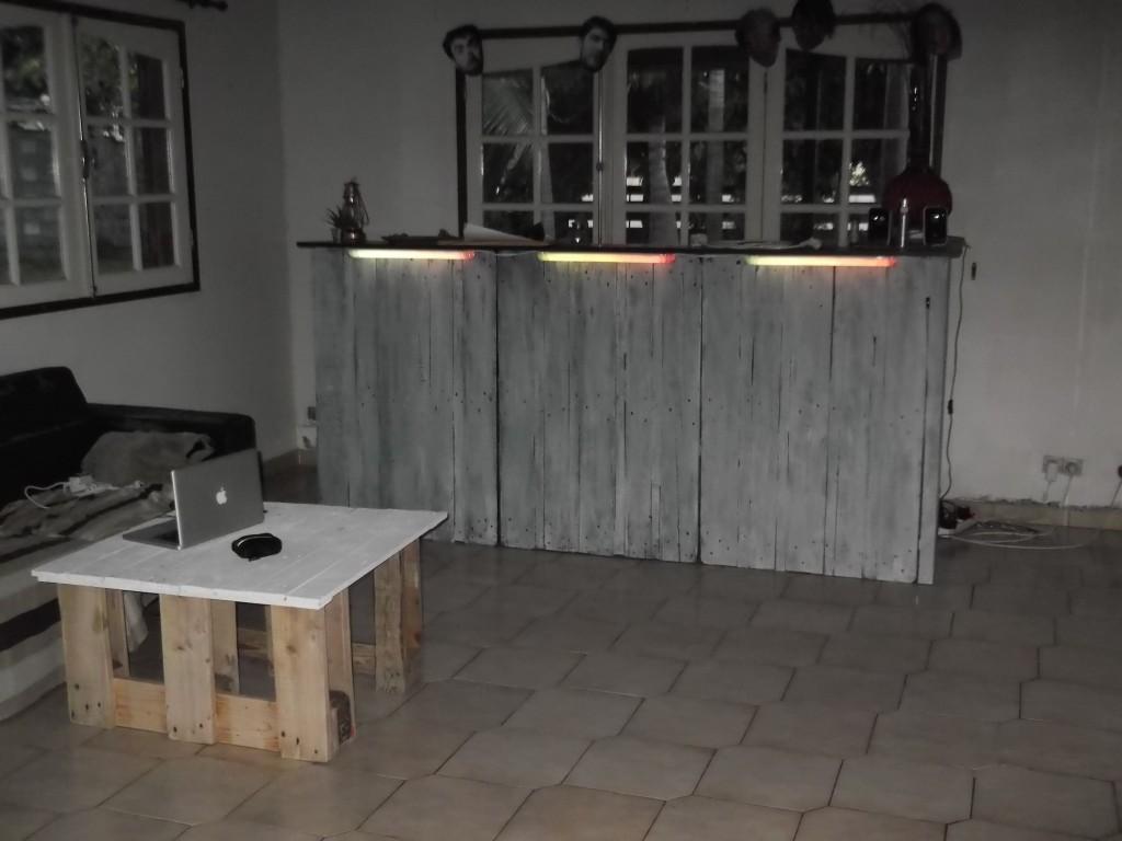 Bar dans une cuisine cette petite maison se trouve dans for Bar dans une maison